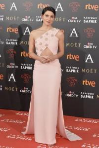 vestido de Bárbara Lennie, diseñado, en exlusiva, por Jorge Acuña y sandalias de Jimmy Choo.