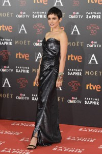 Verónica Echegui con un vestido drapeado, largo y de pailetes metalizadas de Emilio de la Morena