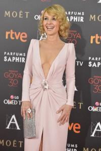 Cayetana Guillén Cuervo, también optó por el rosa, con un vestido con marcado escote, de Lorenzo Caprile. Joyas Carrera y Carrera