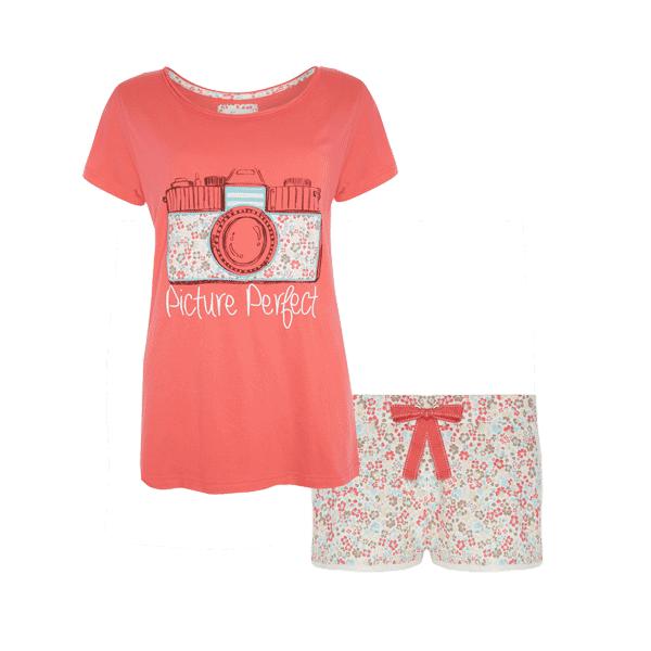 e13e2a5a9d Pijama para mujer del catálogo de Primark online primavera verano 2014.  Pijama de shorts con estampado de flores rosas y estampado de una cámara en  el top